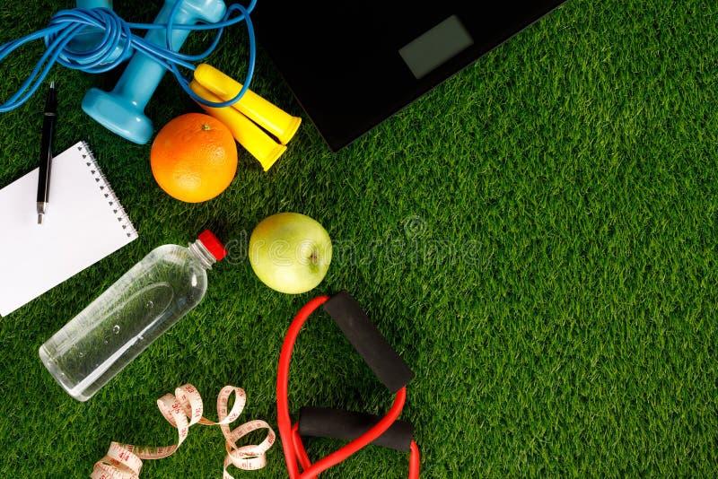 Sporta wyposa?enie Kreatywnie mieszkanie nieatutowy sporta i sprawno?ci fizycznej wyposa?enie na zielonej trawie na widok Mieszka zdjęcie royalty free