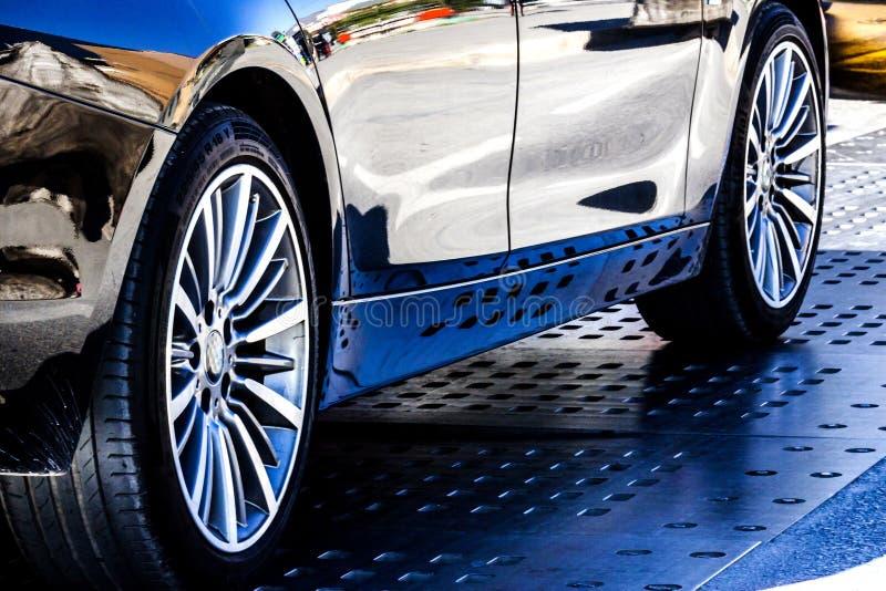 Sporta wysokiego występu samochód jest na ulicie - fotografia zdjęcie stock