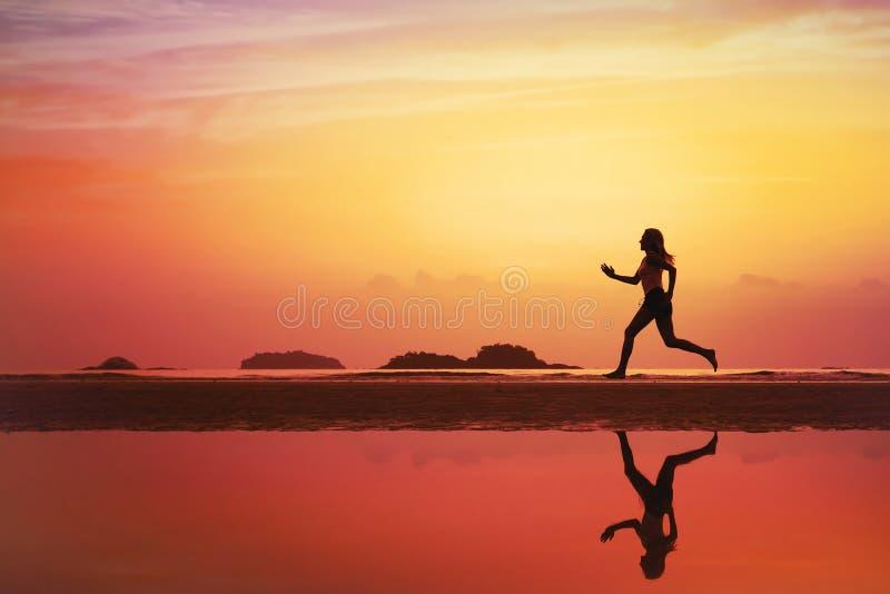 Sportachtergrond, silhouet van vrouwenjogging royalty-vrije stock foto's