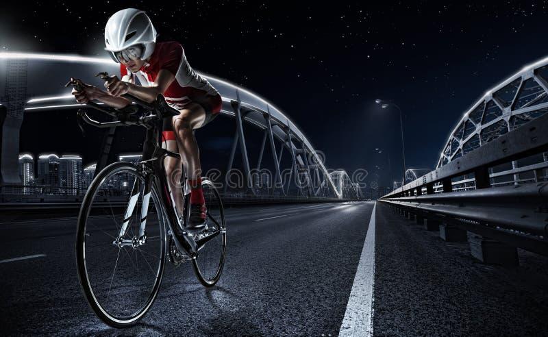 Sportachtergronden Atletische vrouw het cirkelen wegfiets stock afbeeldingen