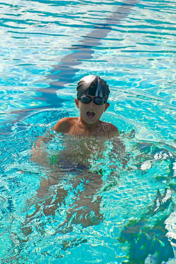 Sportactiviteiten op de pool, jongen die in water, zomer zwemmen royalty-vrije stock afbeeldingen