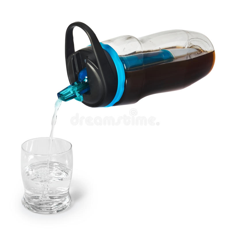 Sportar buteljerar med ett vattenfilter Filter för vattenflaska smutsar ner vatten och fyller med rengöringen, drickbart vatten t arkivfoton