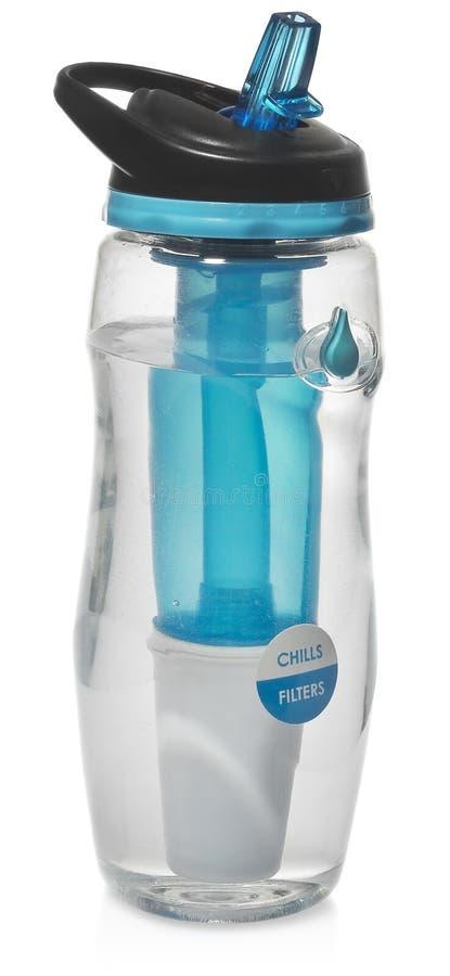 Sportar buteljerar med ett vattenfilter Vattenflaskan filtrerar vattnet för att göra ren, drickbart royaltyfria bilder