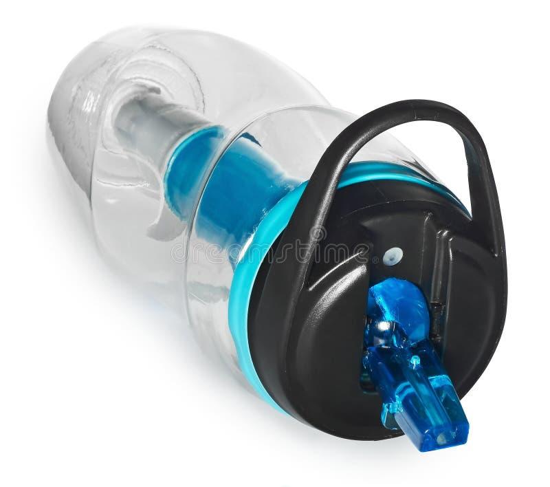 Sportar buteljerar med ett vattenfilter Vattenflaskan filtrerar vattnet för att göra ren, drickbart arkivfoton