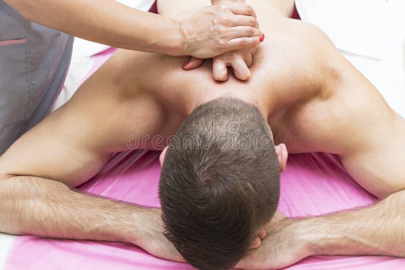 Sportar masserar på massagemottagningsrummet royaltyfria bilder