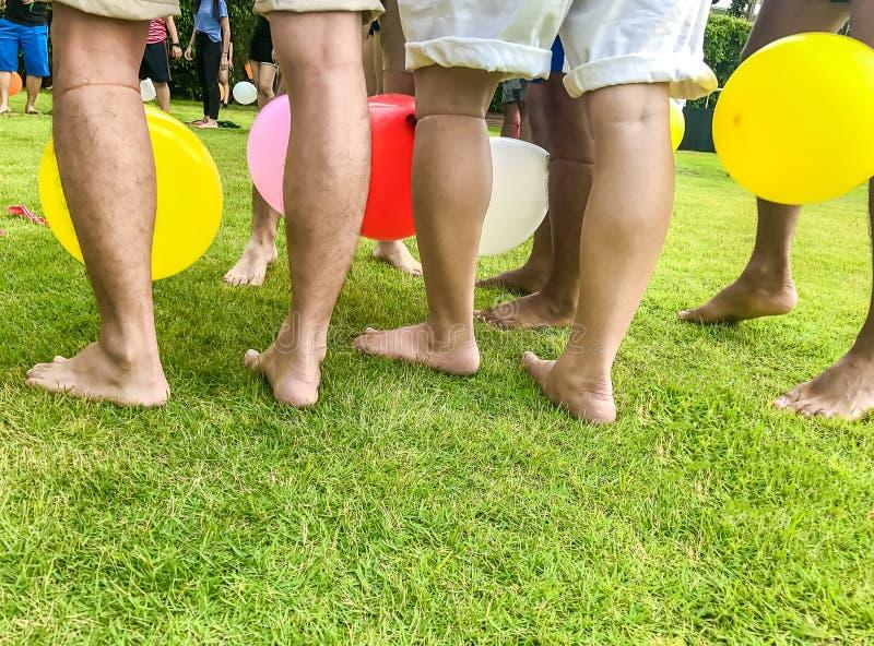 Sportar på leken för gräsmattaballongpedal, kopieringsutrymme royaltyfria bilder