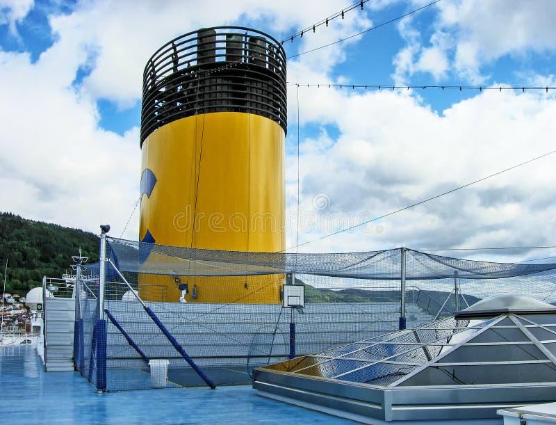 Sportar sätter in främst av tratten ombord av kryssningskeppet Costa Magica arkivfoto