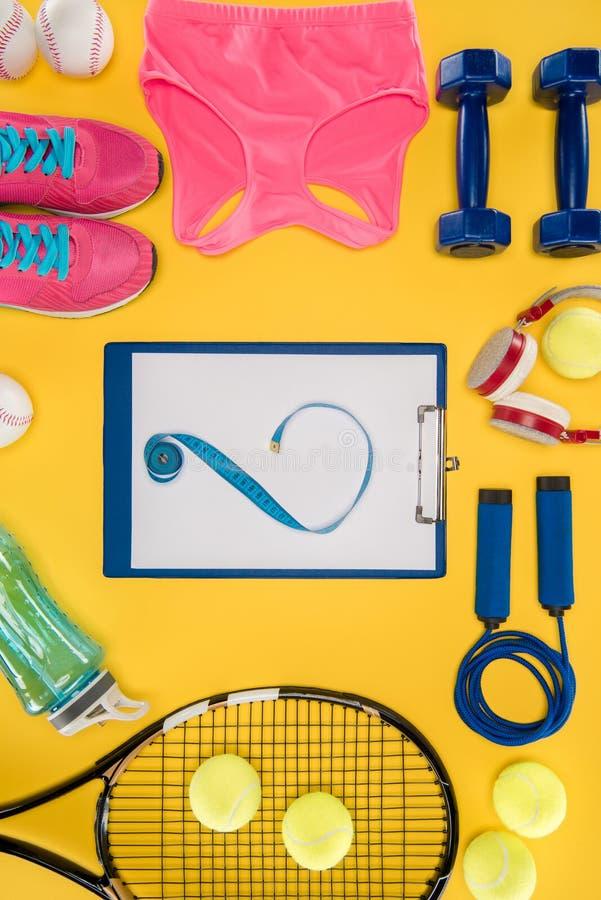 Sportausrüstung auf orange Hintergrund lizenzfreies stockfoto