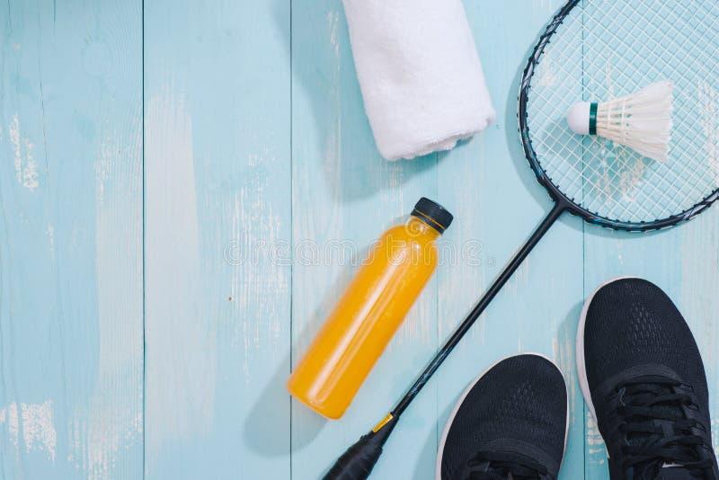 Sportausrüstung und -Schuhe auf hölzernem Hintergrund lizenzfreie stockbilder