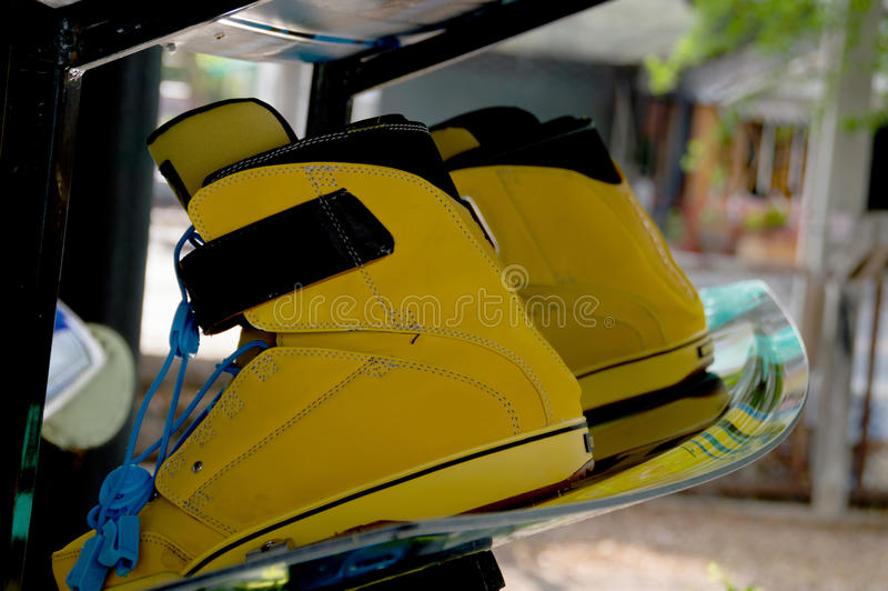 Sportausrüstung Wakeboarding ist auf den Regalen lizenzfreies stockbild