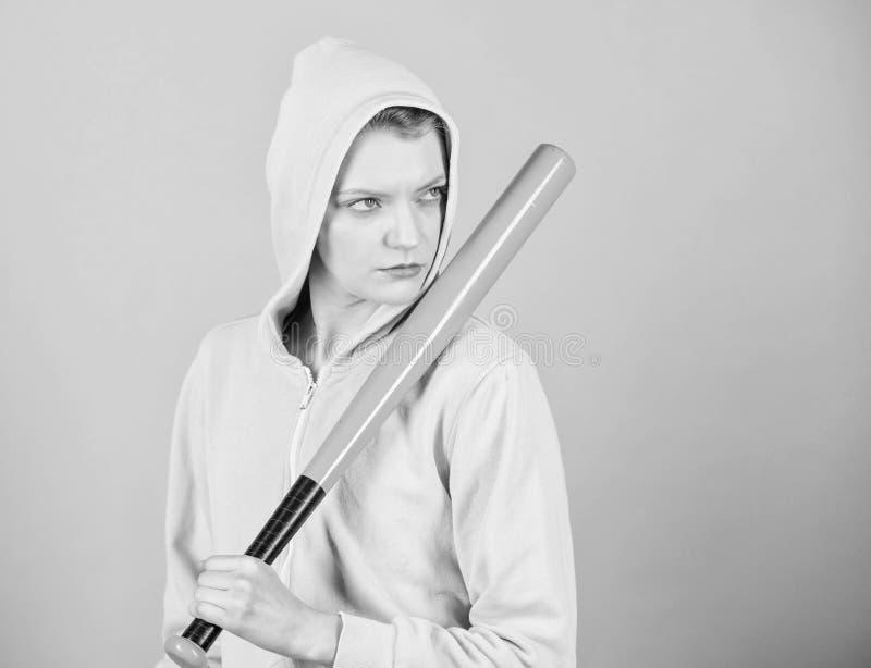 Sportausr?stung Athletische Eignung Frauentraining mit Baseballschl?ger K?mpfen mit Angriff aggressive Frau mit Schl?ger stockbild