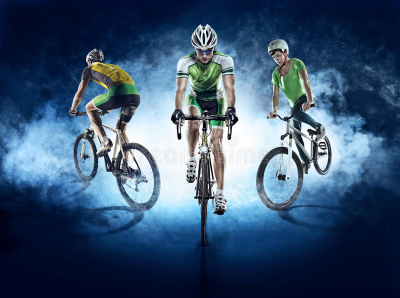 Sportbakgrunder Isolerad cyklist arkivfoton