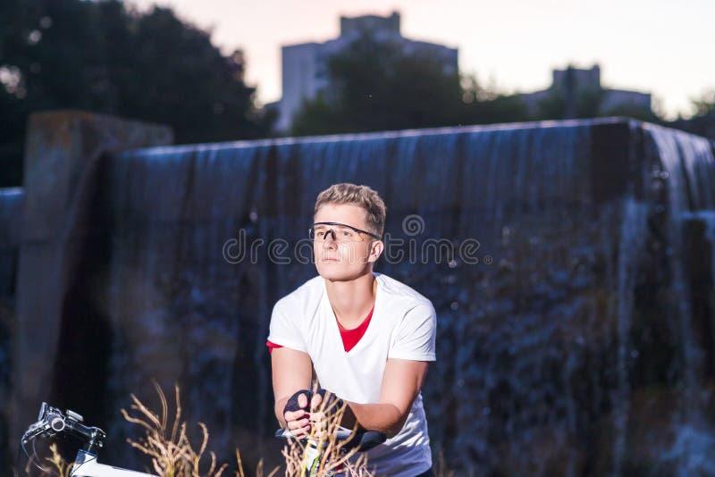Sportbegrepp Caucasian manlig idrottsman nen med mountainbiket arkivfoton