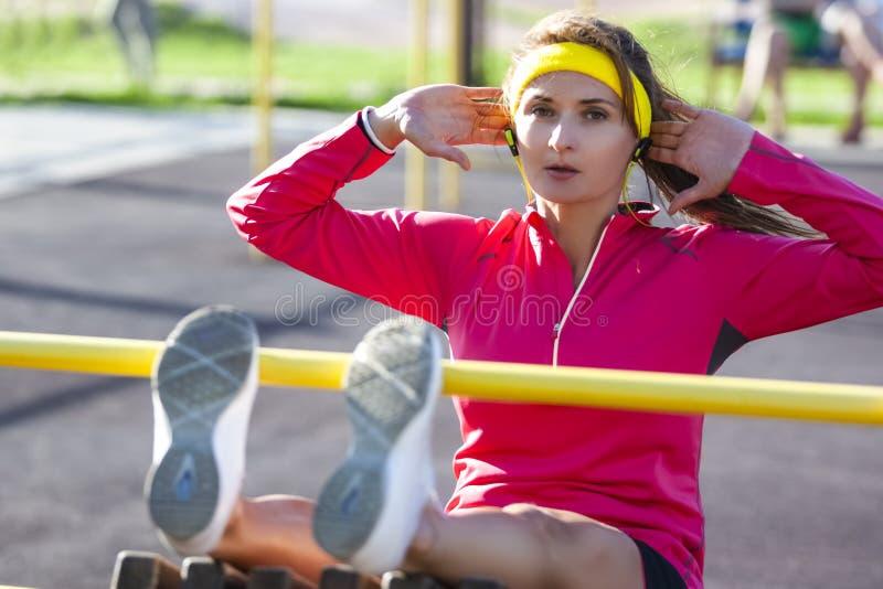 Sportbegrepp Koncentrerad Sportive Caucasian flicka i utomhus- fotografering för bildbyråer