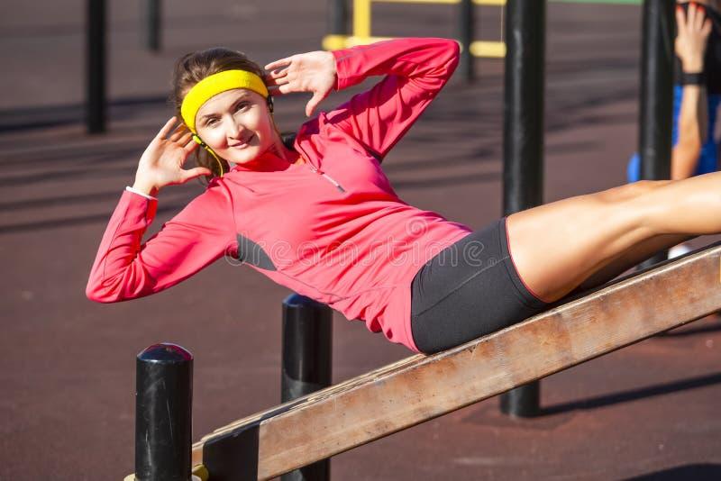 Sportbegrepp Lycklig positiv Caucasian flicka i nolla för utomhus- sport arkivfoto