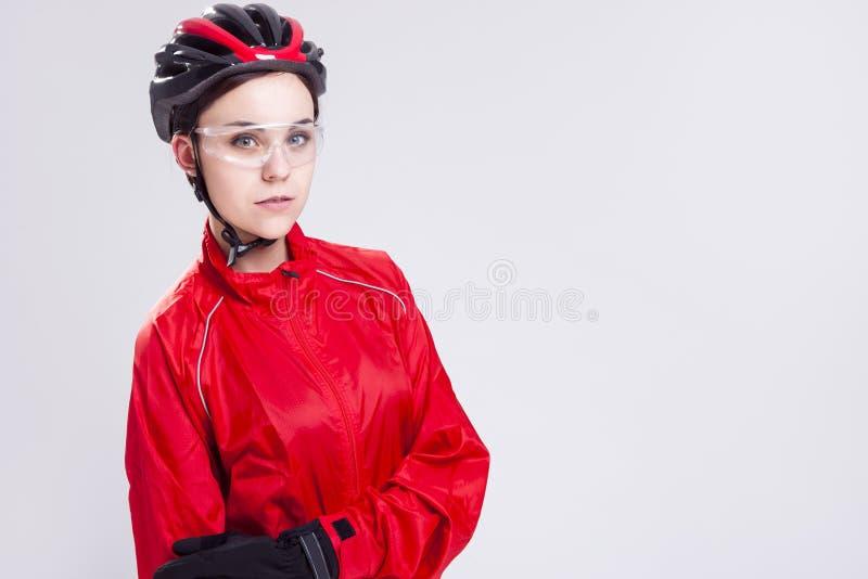 Sportbegrepp och idéer Stående av den Caucasian kvinnliga cykla idrottsman nen fotografering för bildbyråer