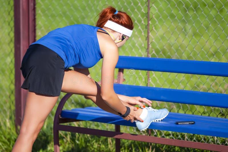 Sportbegrepp Sexig Caucasian Sportive flicka i utomhus- dräkt arkivfoto
