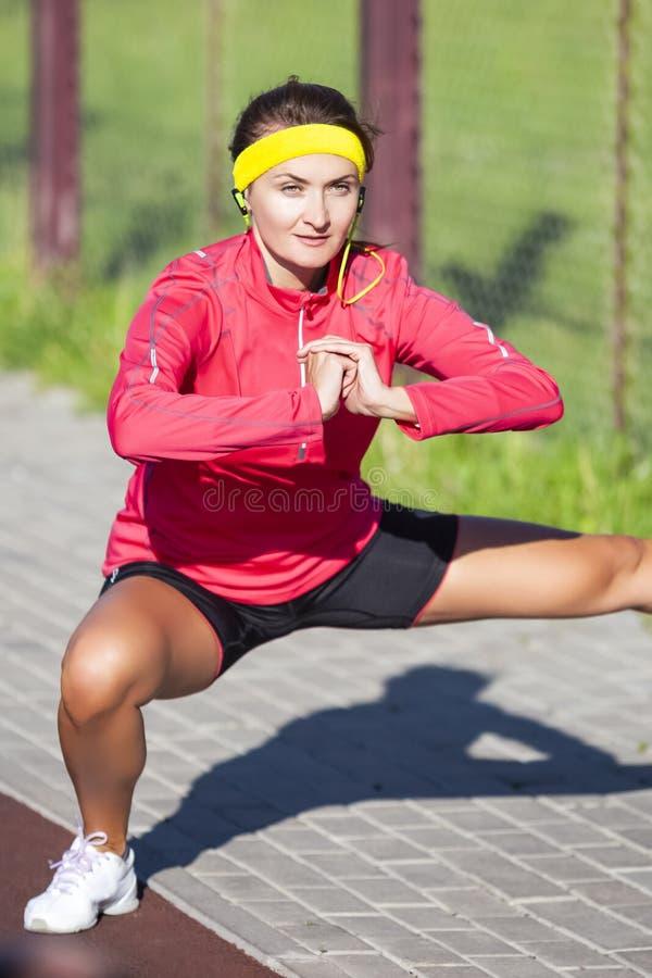 Sportbegrepp Stående av Concentrated den Caucasian idrottskvinnan I arkivbilder