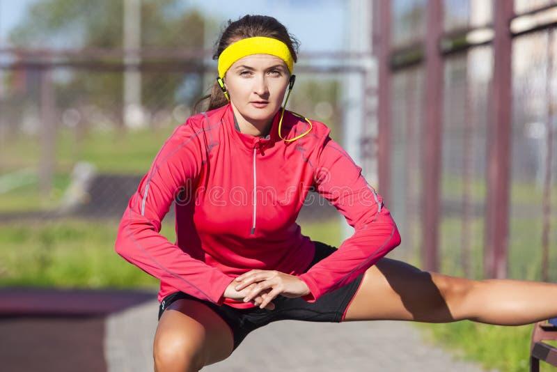 Sportbegrepp Stående av den koncentrerade Caucasian idrottskvinnan royaltyfria foton