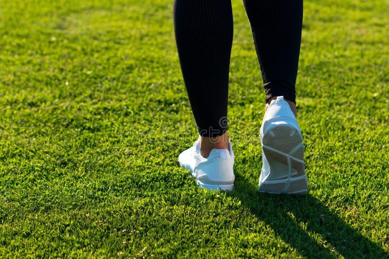 Sportben av den unga idrotts- kvinnan i mörk strumpbyxor och ljus sne royaltyfri fotografi