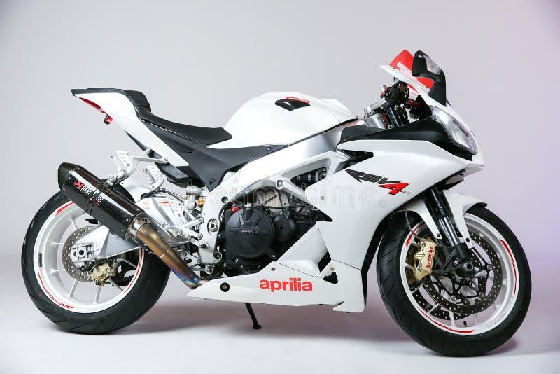 Sportbike blanco Aprilia RSV4 aislado en la opinión blanca del fondo del lado imagenes de archivo