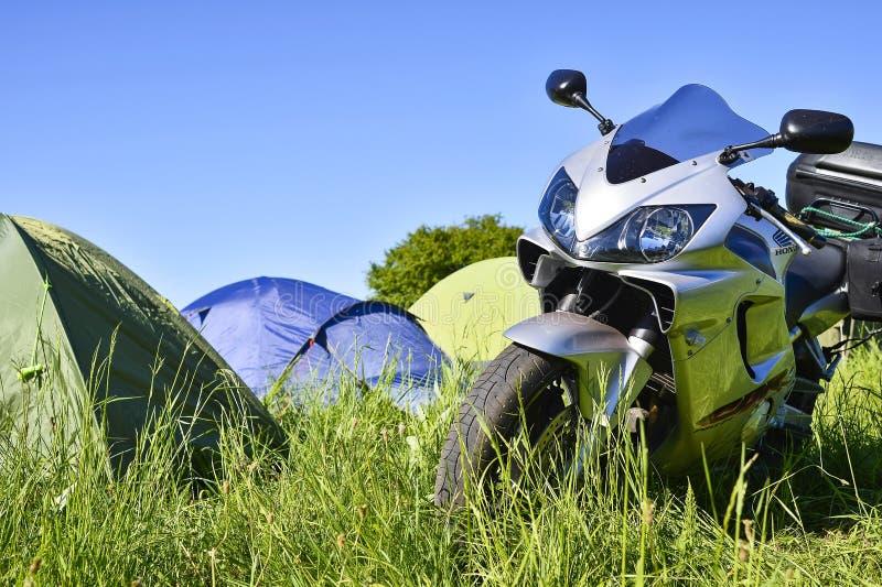Sportbike Honda grijs op groen gras op de festivalvergadering van de zomer Rusland, Kursk-gebied, Zheleznogorsk, kan 2018 Front V royalty-vrije stock foto's