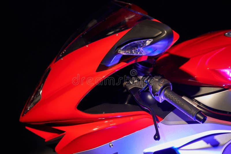Sportbike op een zwarte achtergrond Voordeel Gemengde verlichting stock afbeelding