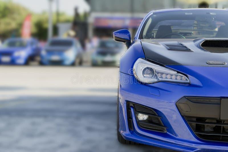 Sportbil och använda bilar som parkeras i parkeringsplatsen av återförsäljaren som väntar för att säljas och levereras till kunde royaltyfria foton