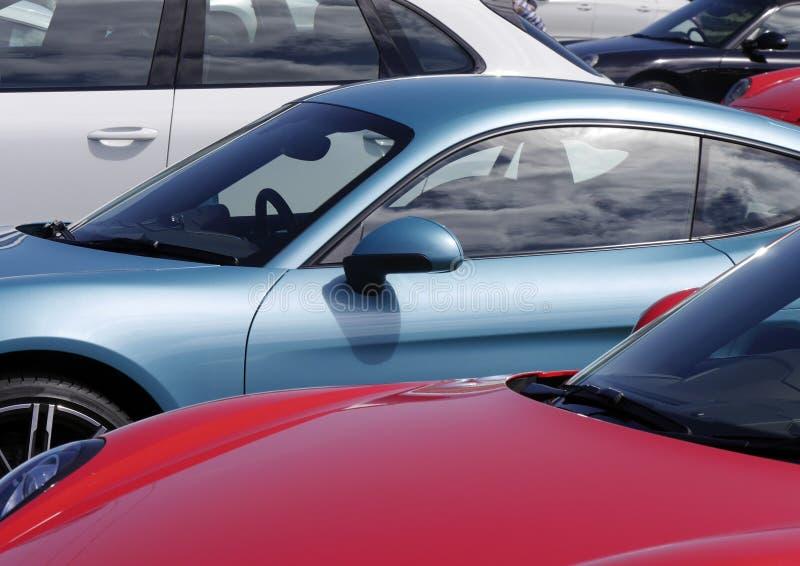 Sportbilar i parkeringsplats royaltyfri foto