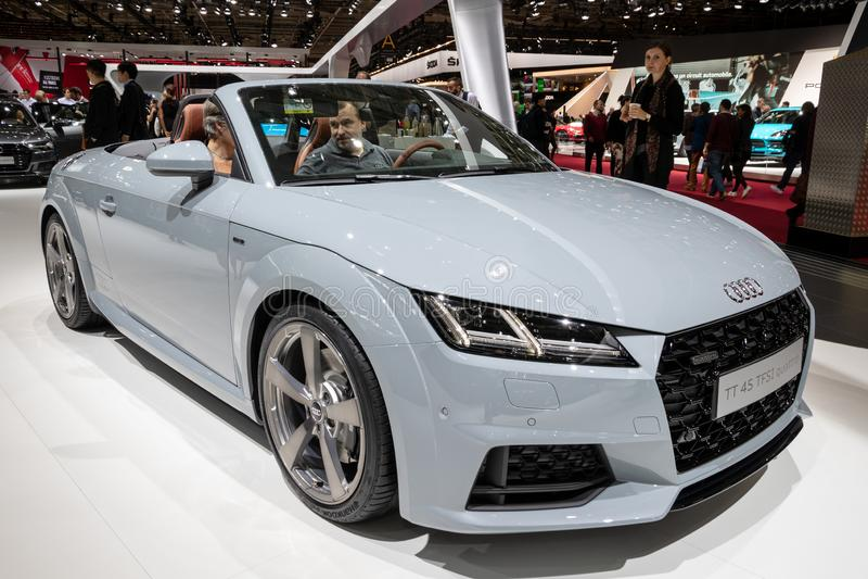 Sportbilen för den Audi TT 45 TFSI quattrocabrioen som ställas ut på Paris, bilar show royaltyfri fotografi