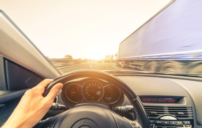Sportbilkörning på motorvägen arkivbild