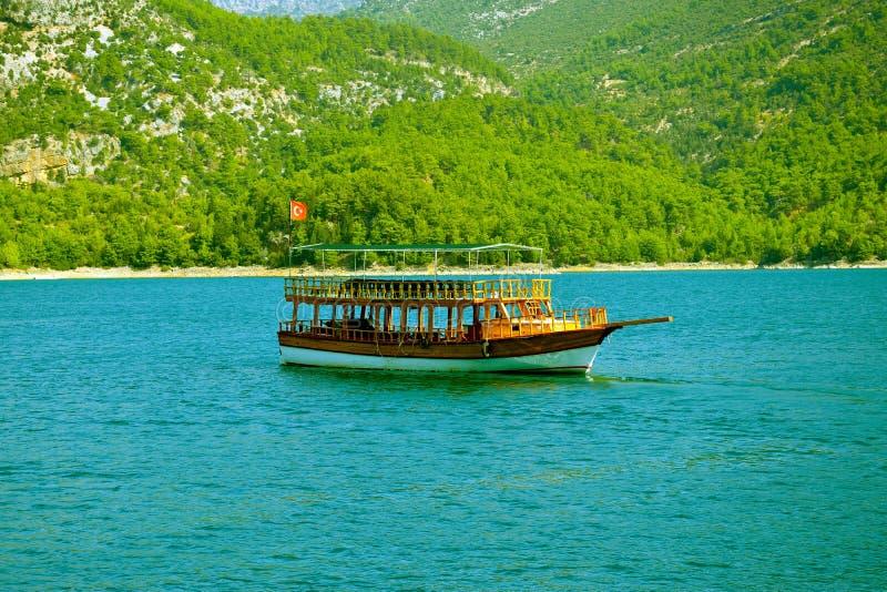 Sportboot in der grünen Schlucht stockfotos