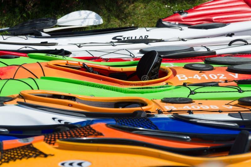 Sportboten, kajaks en kano's bij de jachthaven stock fotografie