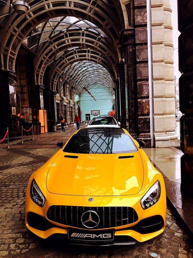 sportcar bil för mercedes amgguling royaltyfria foton
