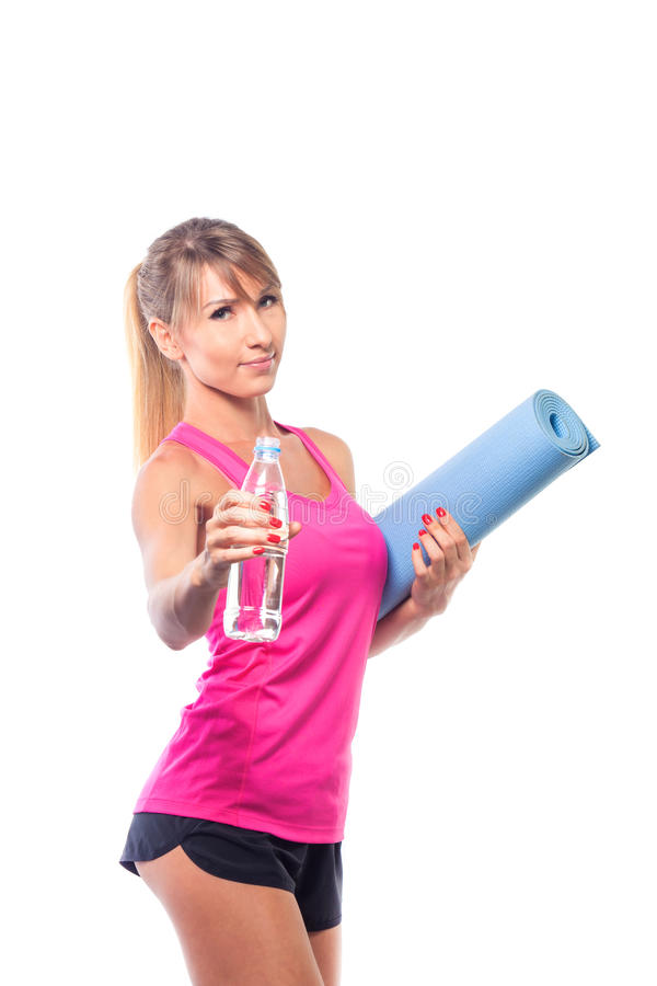 Sportconcept - mooie slanke sportieve vrouw met yogamat en wat stock foto