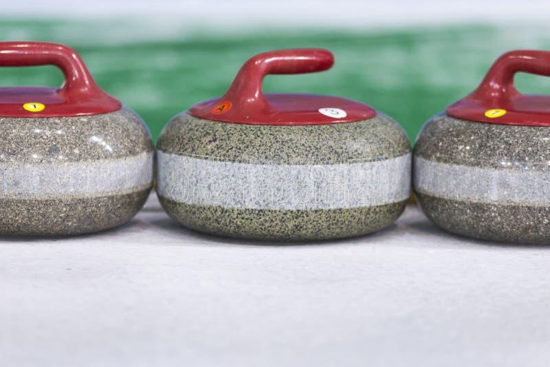 Sportconcepten Close-up van het Krullen van Blauwe Handvatstenen op Ijs royalty-vrije stock foto
