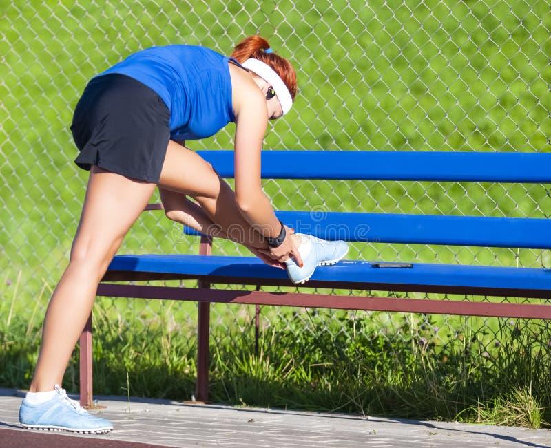 Sportconcepten Volledig Lengteportret van Sportief Meisje stock fotografie