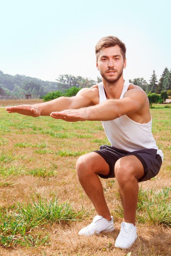 Sportdarm die oefeningen doen stock fotografie