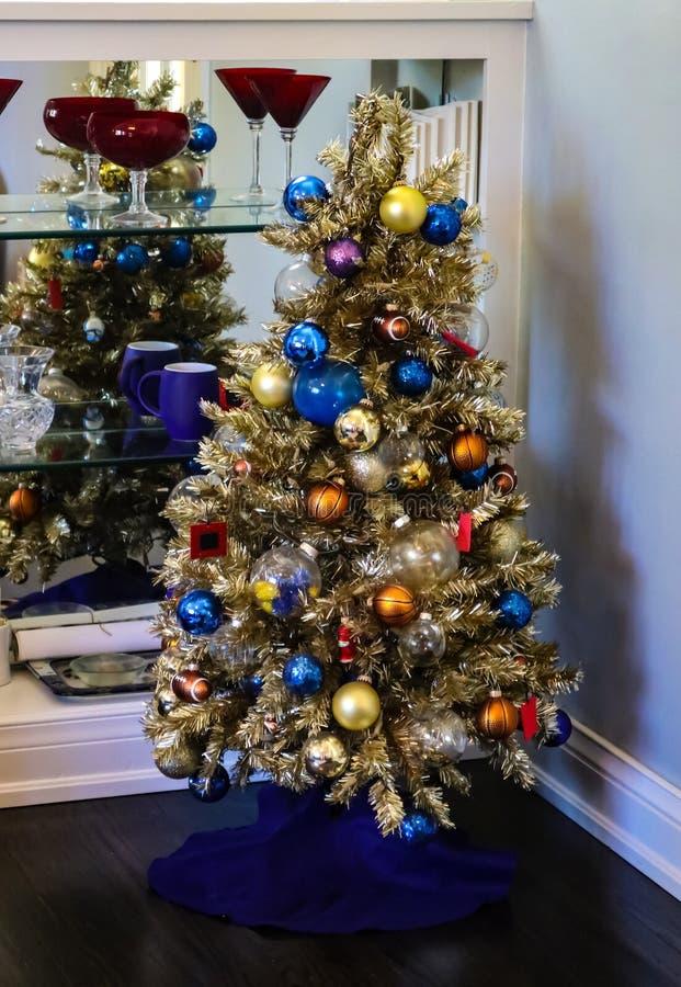 Sporten - als thema gehade Kerstboom binnenshuis door planken van wijnglazen stock afbeelding