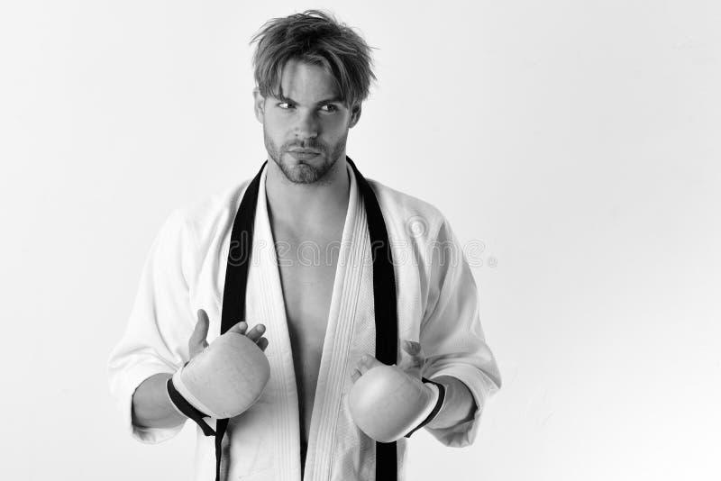 Sporten en gevechtsconcept De kerel stelt in witte kimono stock afbeelding