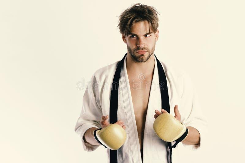 Sporten en gevechtsconcept De kerel stelt in witte kimono stock afbeeldingen
