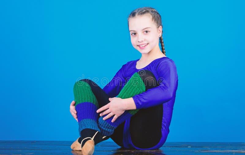 Sporten f?r rytmisk gymnastik kombinerar best?ndsdelbalettdans Minut som ska kopplas av F?r gymnastsportar f?r flicka liten body  arkivbilder