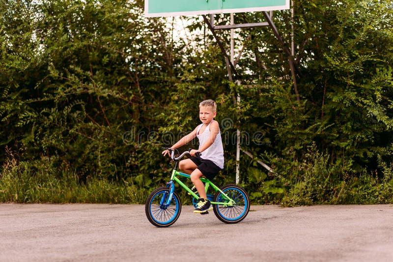 Sporten gezond kind die een fiets berijden met twee wielen op het bedekte gebied in de zomer royalty-vrije stock fotografie