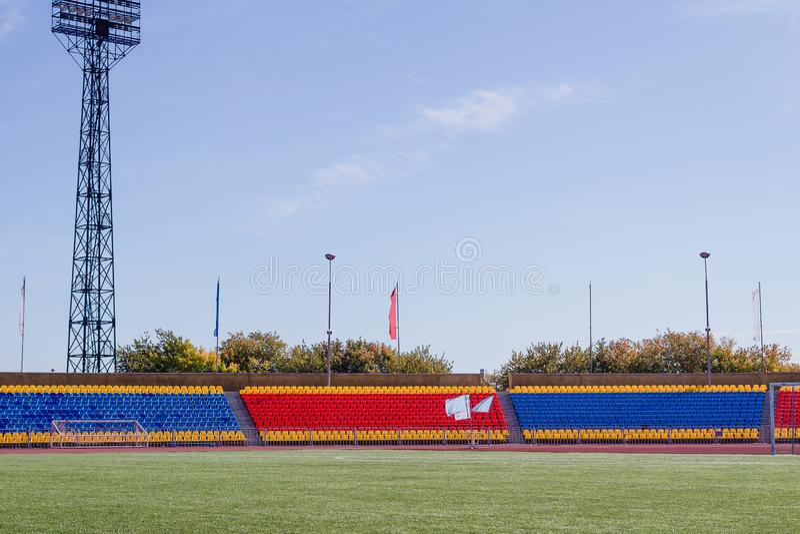 Sporten groot stadion met groen kunstmatig gras stock foto