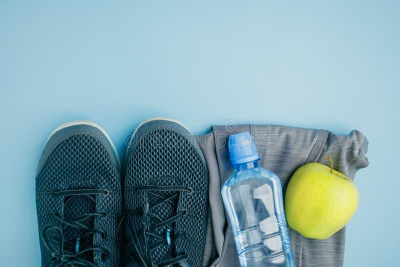 Sporten, kondition, den sunda livsstilen, cardio utbildning och objektbegreppet - st?ng sig upp av kvinnliga sportar som bekl?r,  royaltyfria bilder