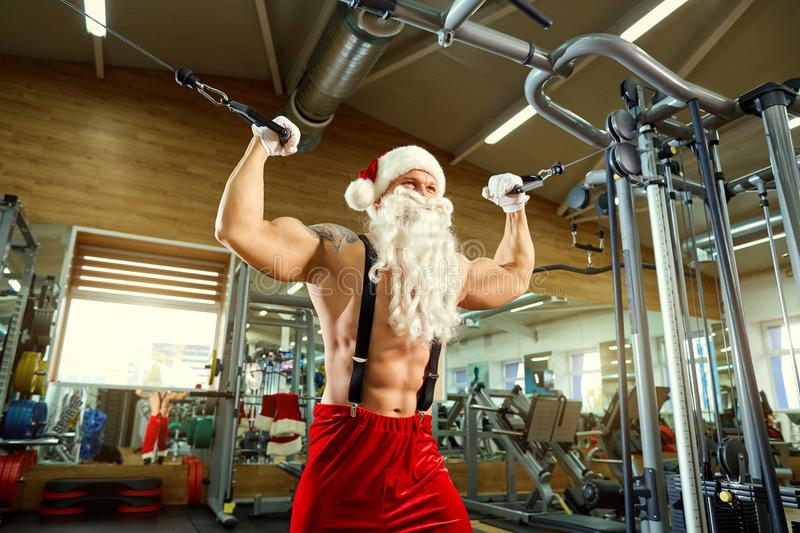 Sporten Santa Claus in de gymnastiek op Kerstmis royalty-vrije stock foto
