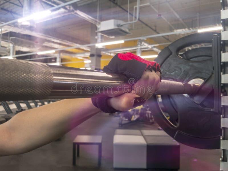 Sportenachtergrond Jong meisje die klaar voor gewichtheffen opleiding worden stock foto's