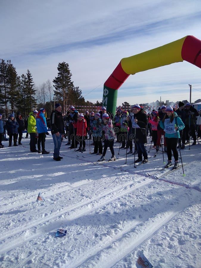 Sportencompetities in langlaufski bij de sportenbasis in de winter royalty-vrije stock afbeeldingen