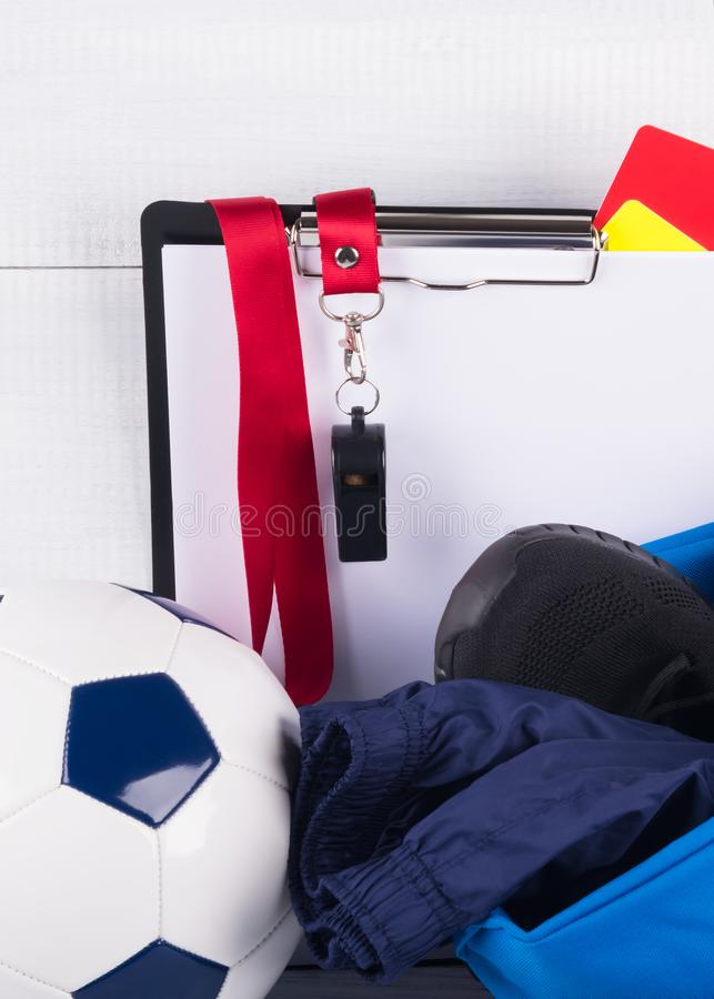 Sportendingen en een fluitje voor het begin van een gelijke tegen een lichte achtergrond stock fotografie