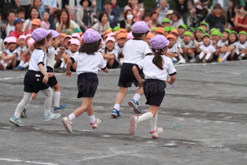 Sportenfestival bij kleuterschool stock afbeeldingen